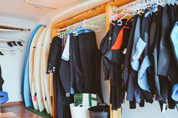 Planet Surfcamps Fuerteventura Wetsuits und Surfboards in der Garage