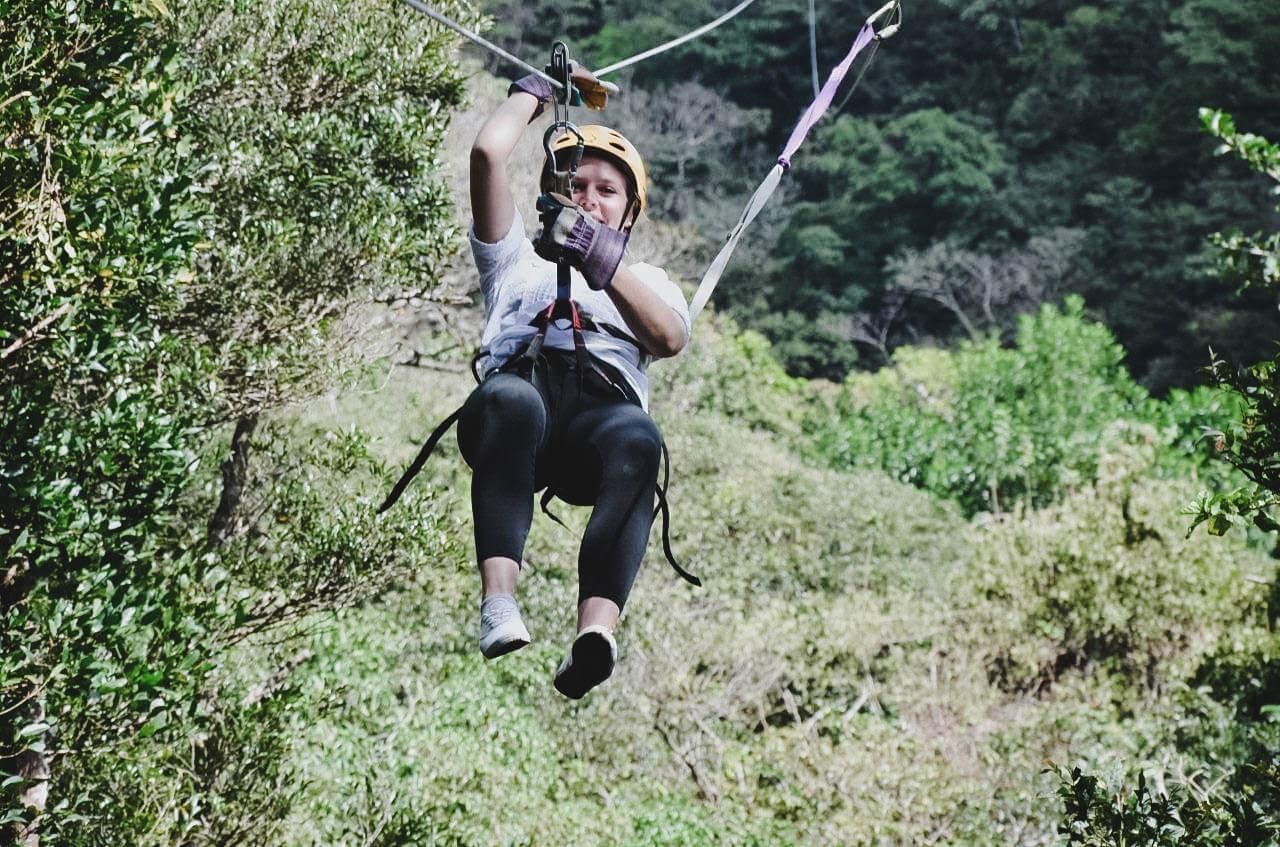 Ziplining in Costa Rica am Stahlseil durch die Wipfel des Nebelwaldes