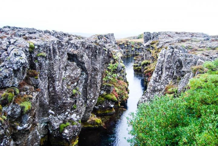 Islands Vulkane - wie der Eyjafjallajökull zur Sehenswürdigkeit wurde Felsspalte in Island