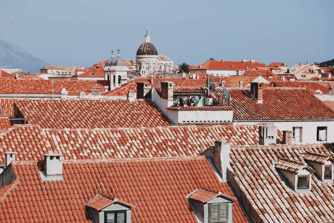 Blick von der Stadtmauer über die Dächer von Dubrovnik