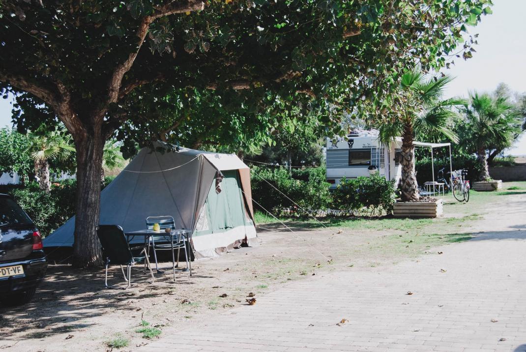 Ein Zelt auf einem Campingplatz an der Costa BravaEntdeckt: Ein echtes ZeltEntdeckt: Ein echtes Zelt