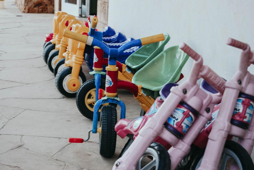Fahrräder für Kinder auf einem Campingplatz an der Costa Brava