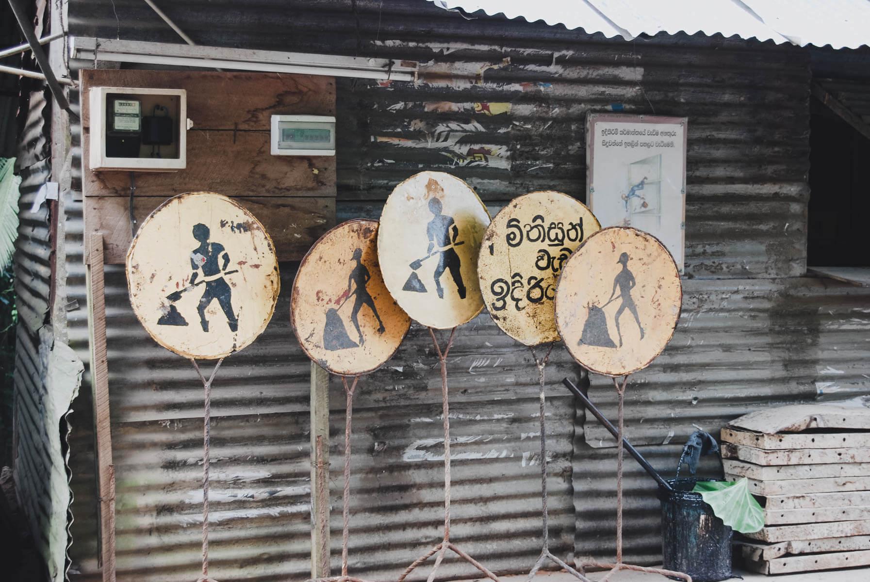 Straßenarbeiten Straßenschilder in Sri Lanka