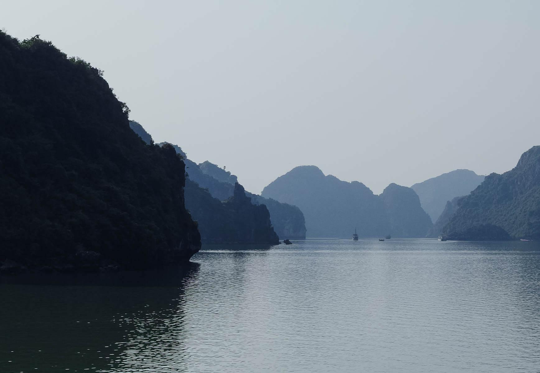 Majestätische Feslen ragen aus dem Wasser der Halong-Bucht im Norden Vietnams