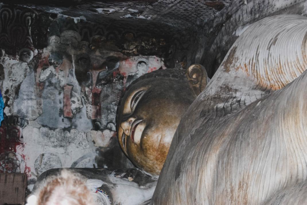 Eine liegende Statue in Dambulla Sri Lanka