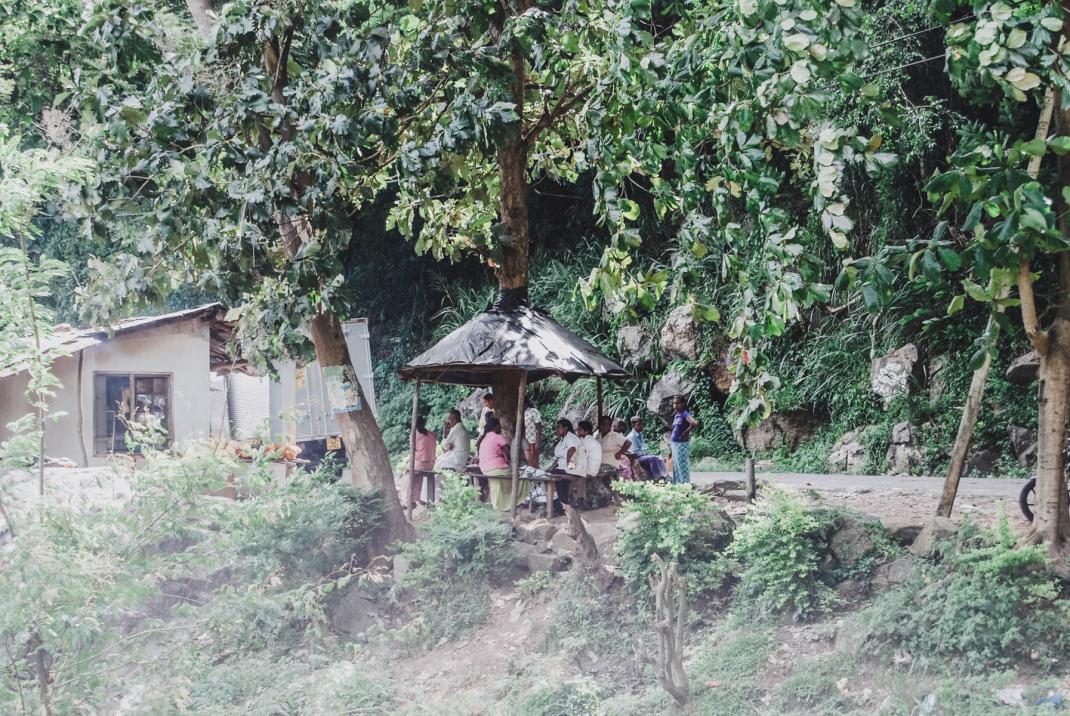 Einheimische essen in einer kleinen Hütte am Straßenrand Sri Lanka