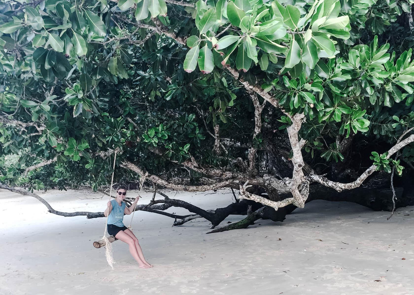 Dauerhaft reisen nein danke Frau schaukelt in einem Baum am Strand Ko Chang Thailand.jpg