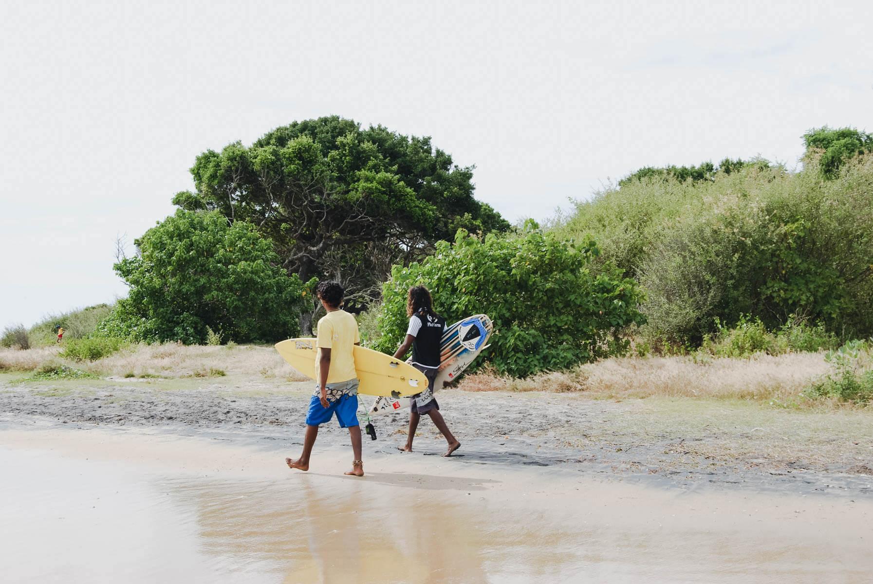 Zwei Surfer laufen über den Strand in Arugam Bay Sri Lanka