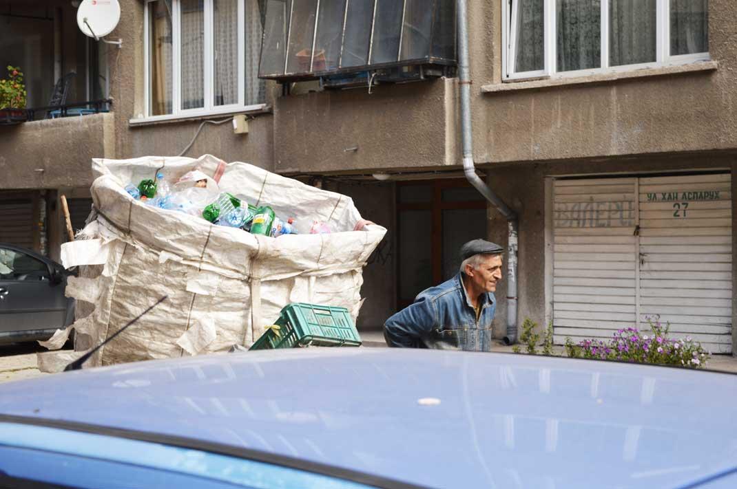 Ein Leben vom Müll: Dimitar mit seiner Schubkarre voller Plastikmüll