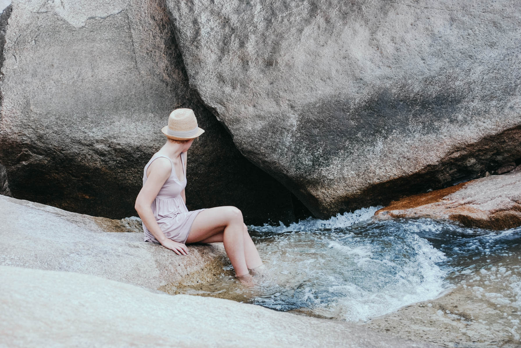 Warum wir aufhören sollten alleine zu reisen Frau badet Füße im Wasserfall