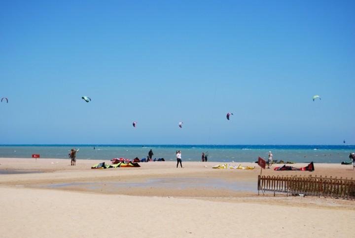 Kein Strandbild ohne Kitesurfer. El Gouna bietet beste Bedingungen.