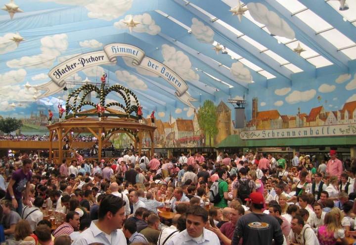 Das Hacker-Pschorr Festzelt auf dem Oktoberfest in München