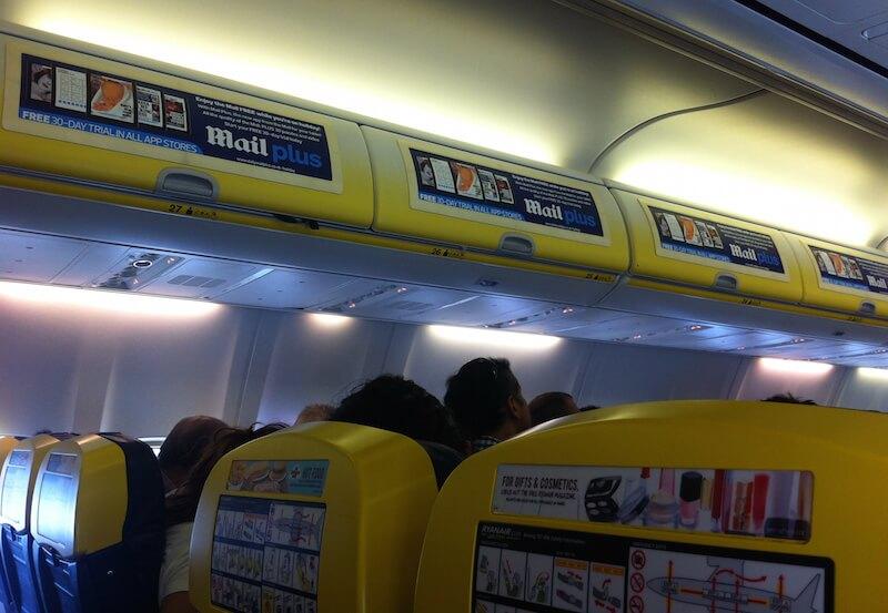 Keine Party mehr im Flugzeug: Ryanair will auf der Strecke Glasgow-Ibiza ab sofort das Handgepäck von Fluggästen nach Alkohol durchsuchen.