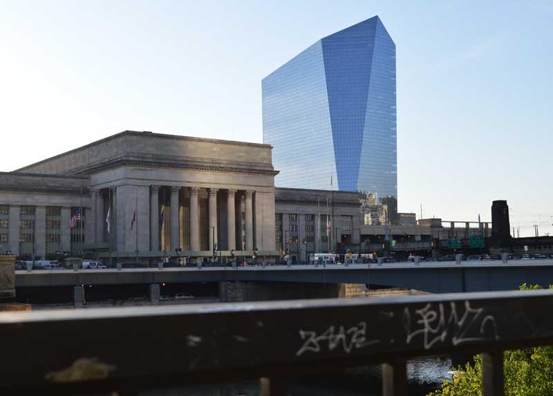 Der Bahnhof an der 30. Straße sieht aus wie ein Regierungspalast. Dahinter ergebt sich ein Bürogebäude aus Glas und Stahl.