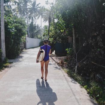 Warum du nicht kündigen solltest um zu reisen Frau mit Surfbrett