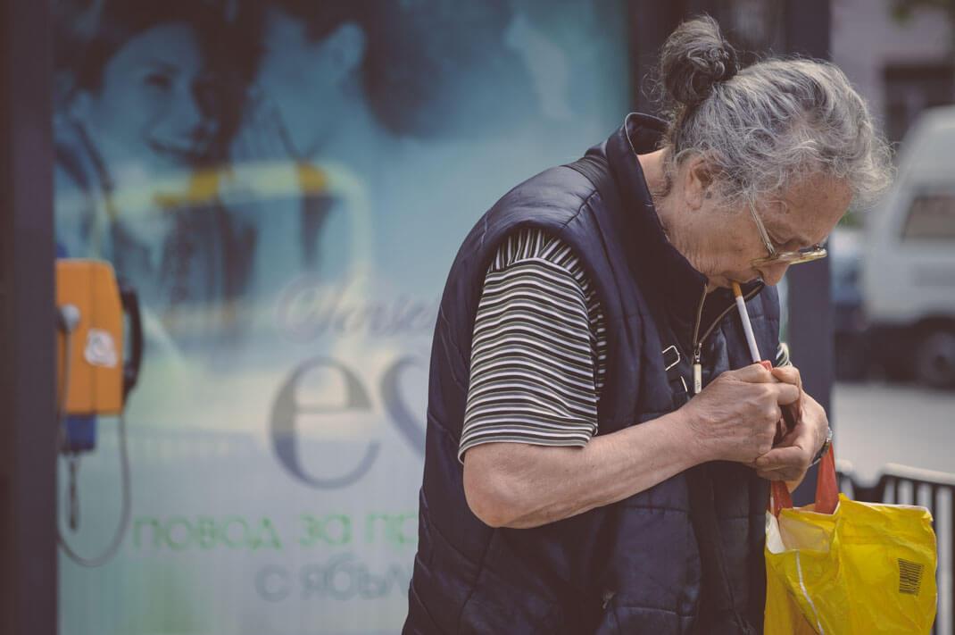 Alte Frau mit Zigarette in Sofia Bulgarien Erkenntnisse aus Bulgarien