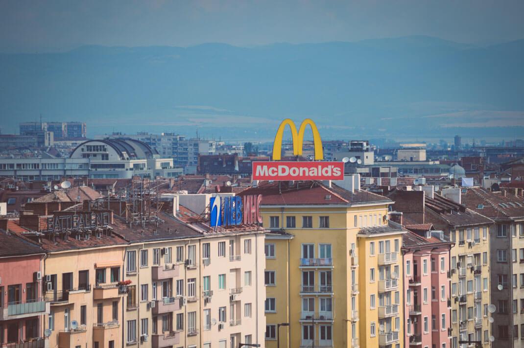 Das goldene McDonalds M über den Dächern von Sofia Bulgarien Kurztrip nach Sofia