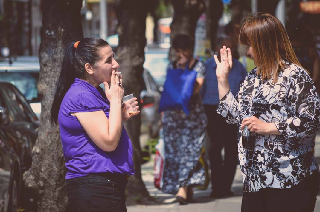 Zwei Frauen rauchen in Sofia Bulgarien