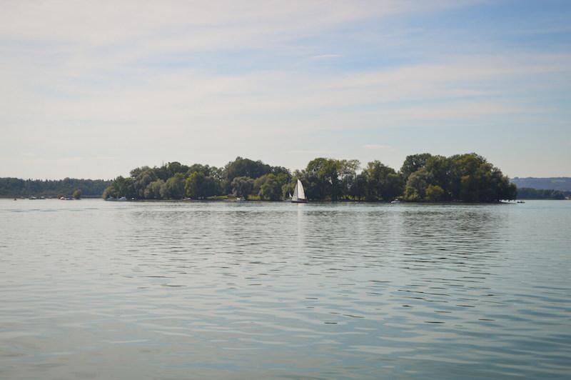 Insel im Chiemsee mit Segelboot