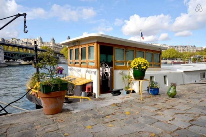 Besondere-Airbnb-unterkünfte-in-Europa-Hausboot-Paris-Außenansicht
