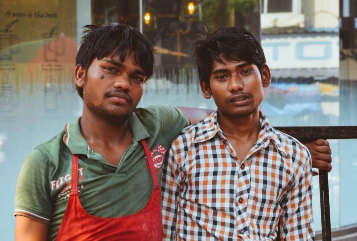 Indien in Bildern Best Friends - zwei junge Männer posieren fürs Foto