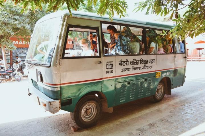 Indien in Bildern Busse, die die Besucher vom Parkplatz zum Eingang des Taj Mahal bringen