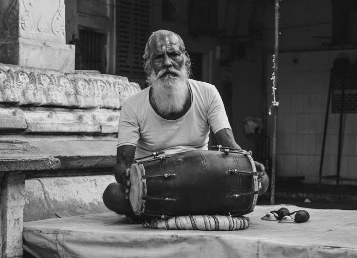 Indien in Bildern Ein Mönch mit seiner Trommel in einem Hindu-Temepl in Jaipur