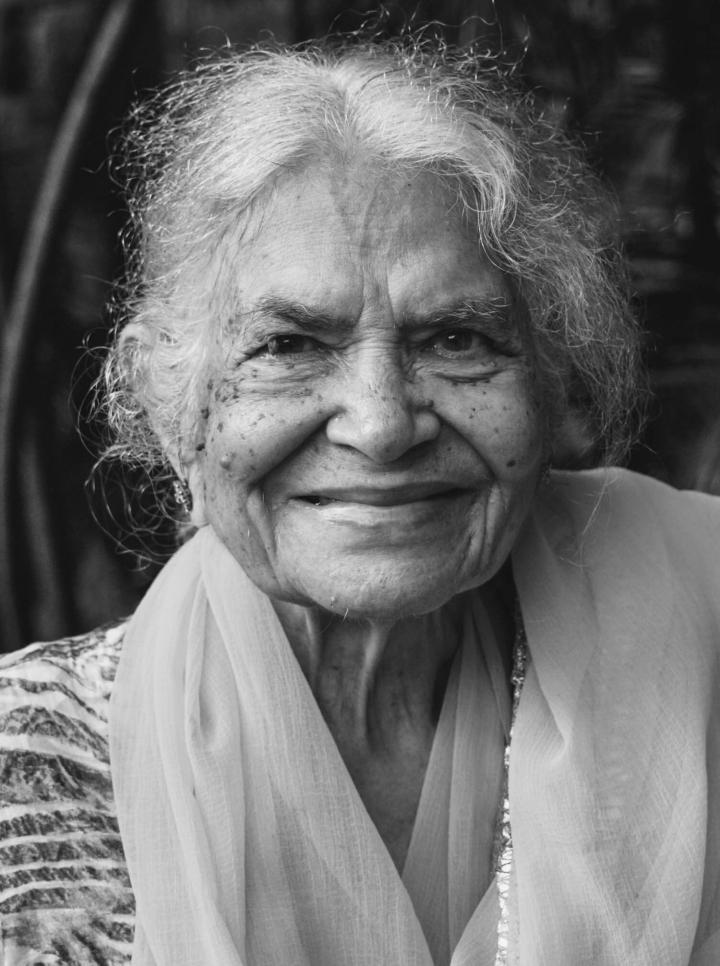 Indien in Bildern Eine 93-Jährige Inderin in einem Park in Mumbai