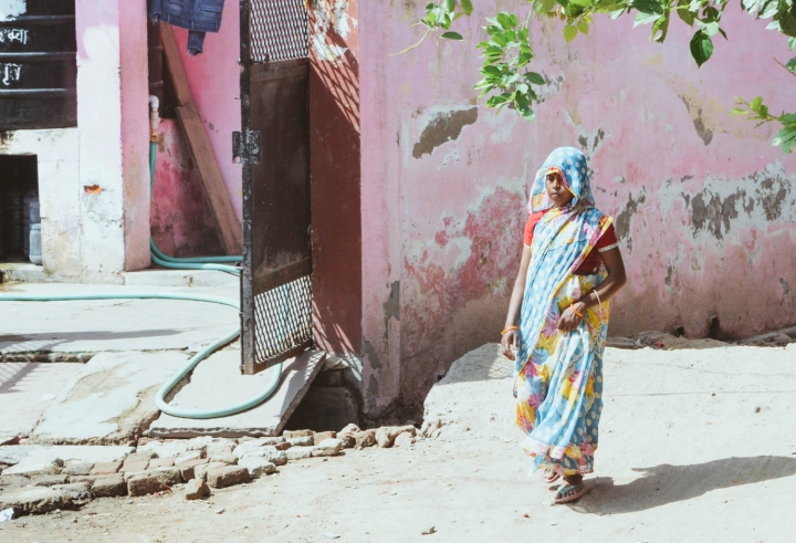Indien in Bildern Eine Frau in Sari auf der Straße