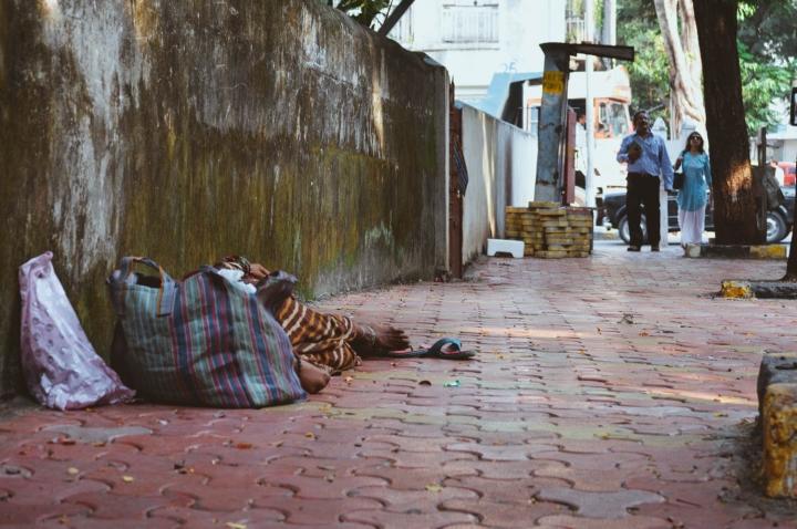 Indien in Bildern Eine Person schläft auf der Straße