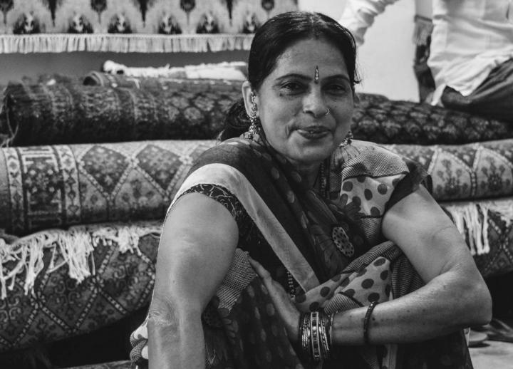 Indien in Bildern Teppichknüpferin in Jaipur