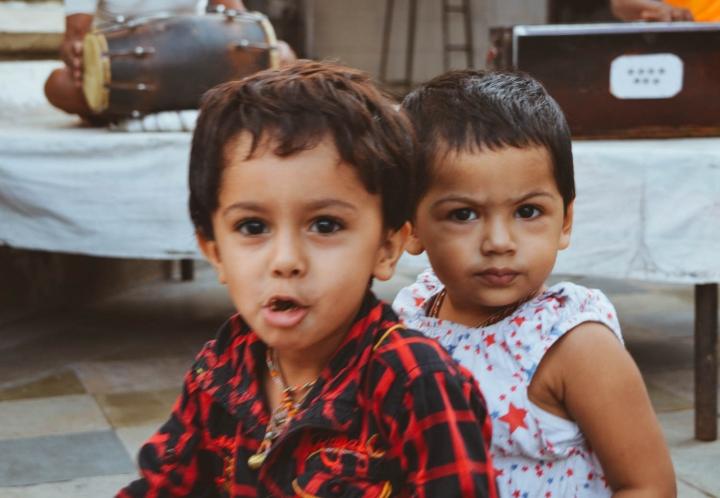 Indien in Bildern Zwei Kinder spielen in einem Hindu-Tempel
