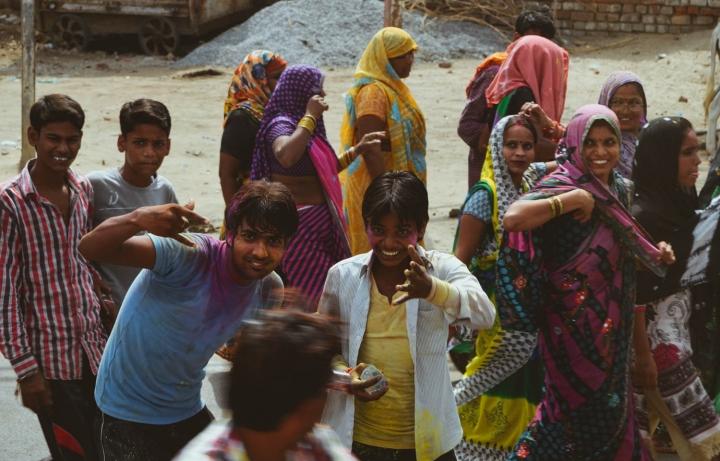 Indien in Bildern buddhistischer Feiertag Jugendliche spielen mit Holi-Farben