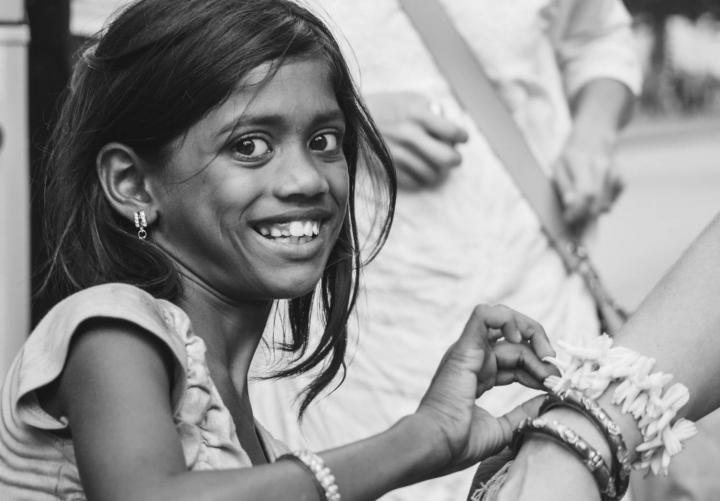 Indien in Bildern ein Mädchen verkauft Blumenketten an Touristen