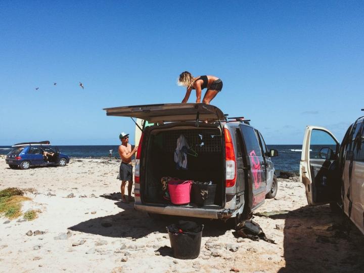 Planet Surfcamps Fuerteventura Surflehrerin Gaia am Strand von Punta Blanca