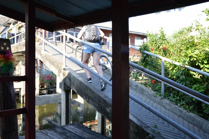 Fahrradfahren in Bangkok Steile Brücke im Yai-District