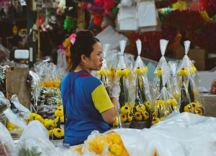 Fahrradfahren in Bangkok Verkäuferin auf dem Flower Market