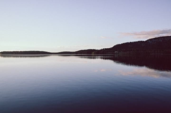 Blick auf den Pyhäjarvi-See in Finnisch Lappland Kuusamo bei Sonnenuntergang kaltes klares Wasser