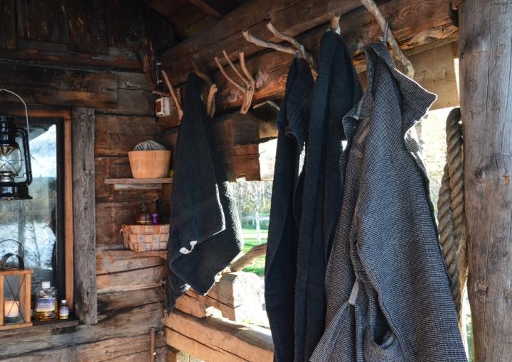 Bademäntel vor einer finnischen Sauna in Isokenkäisten Klubi