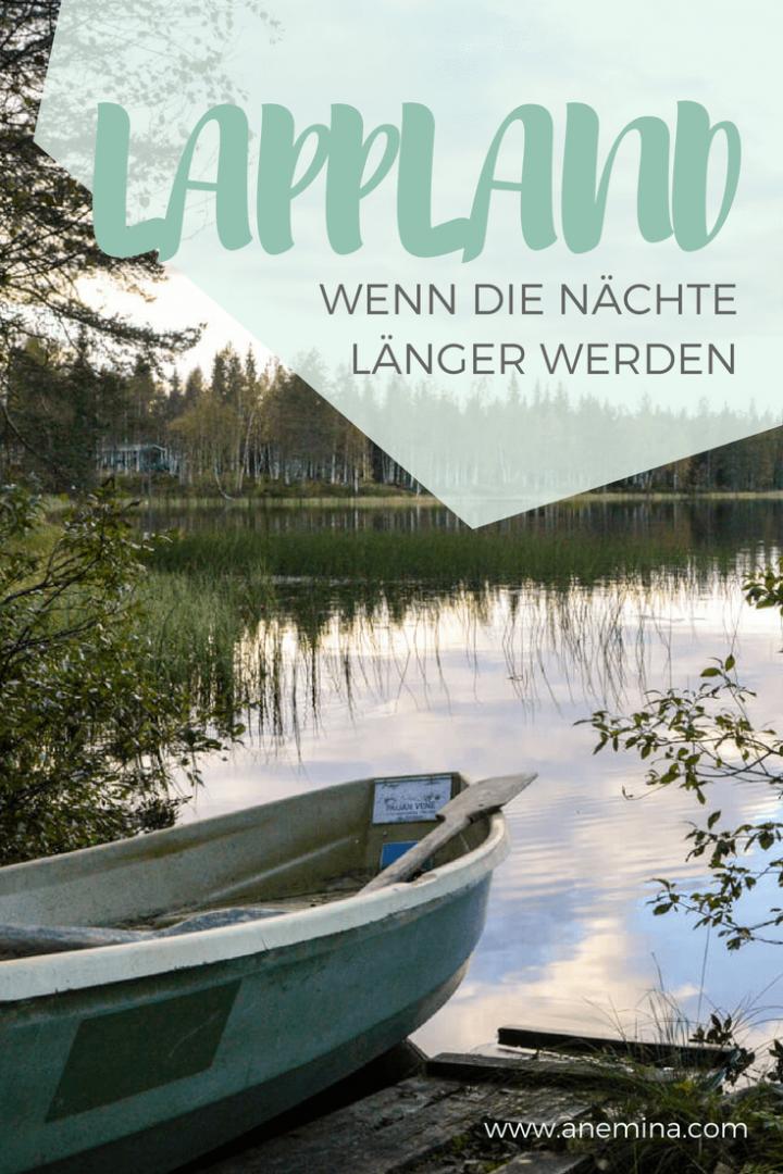 Ein Boot am See. Im Wasser spiegelt sich der Wald. Sauna, Seen und gelbe Wälder. Lappland im Herbst: Wenn die Nächte länger werden.