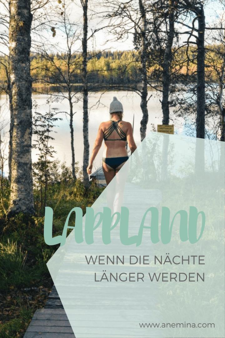 Ein Boot am See. Im Wasser spiegelt sich der Wald. Saunageister, Seen und gelbe Wälder. Lappland im Herbst: Wenn die Nächte länger werden.