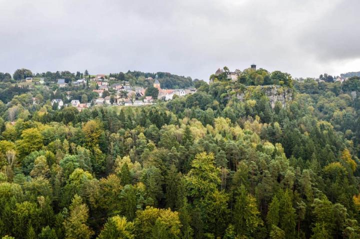 highlights-der-sachsischen-schweiz-blick-uber-hohnstein-vom-hockstein