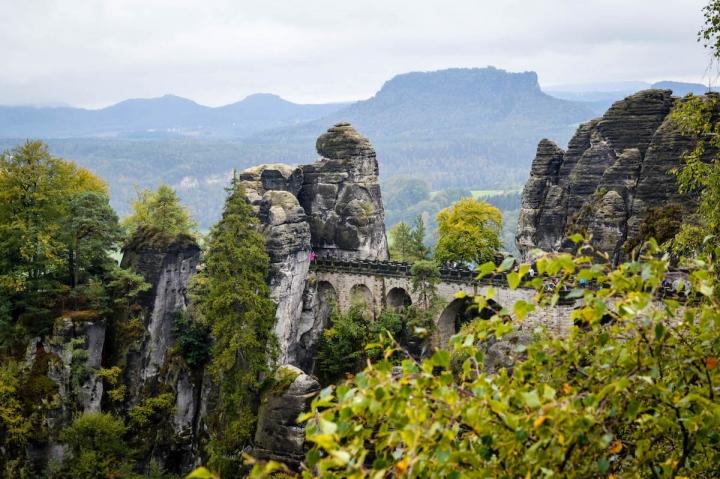 highlights-der-sachsischen-schweiz-blick-auf-die-basteibrucke