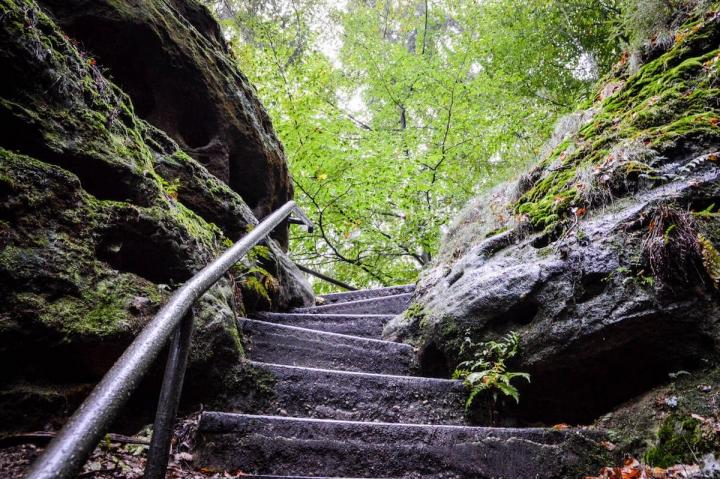 highlights-der-sachsischen-schweiz-treppenstufen-zum-brand