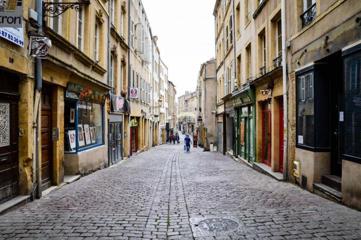 Altstadt von Metz im September kleine Lädchen