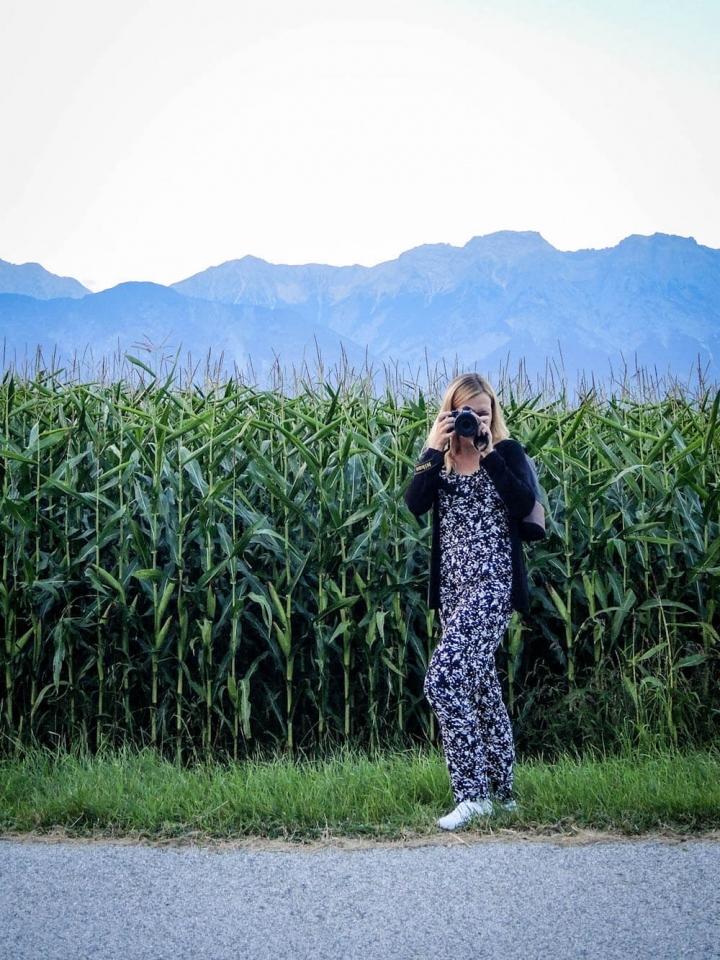 Blogger mit Kamera im Maisfeld