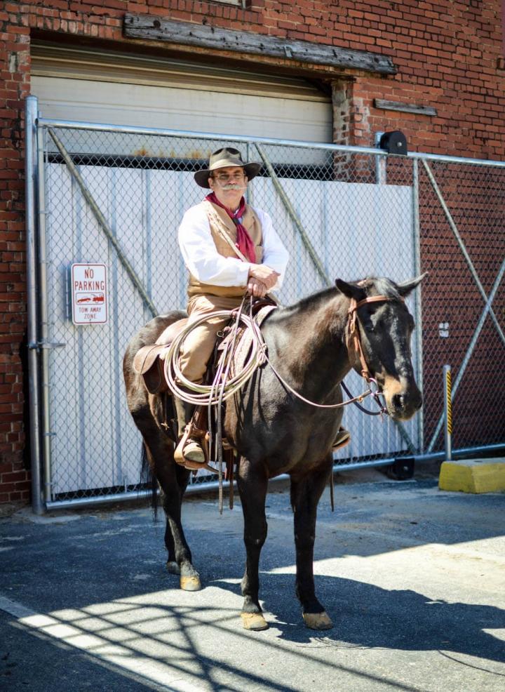 Cowboy im Halteverbot in Fort Worth mit Pferd