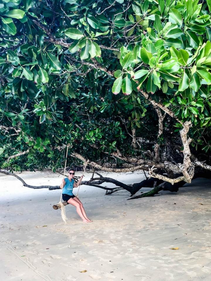 Eine Baumschaukel in der Monkey Bay im Norden der thailändischen Insel Koh Phayam