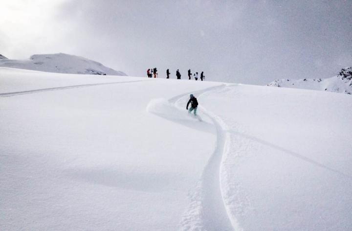 Freeriden in Ischgl Tiefschneeabfahrt mit dem Snowboard