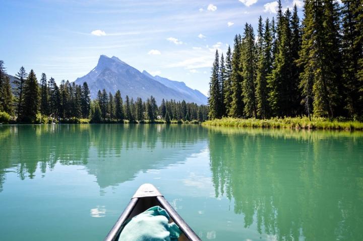 Kanufahren auf dem Bow River in Banff in den kanadischen Rocky Mountains